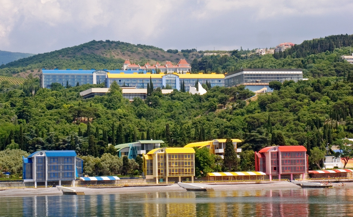 «Артек» - российский детский лагерь, расположенный на побережье Черного моря, в поселке Гурзуф