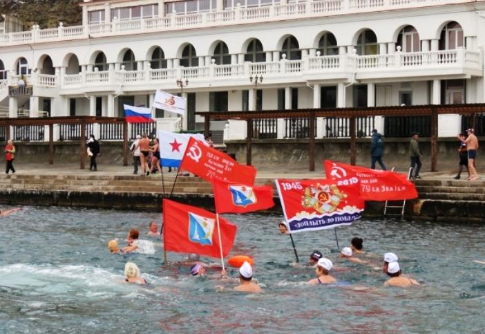 Заплыв моржей в Севастополе с флагами