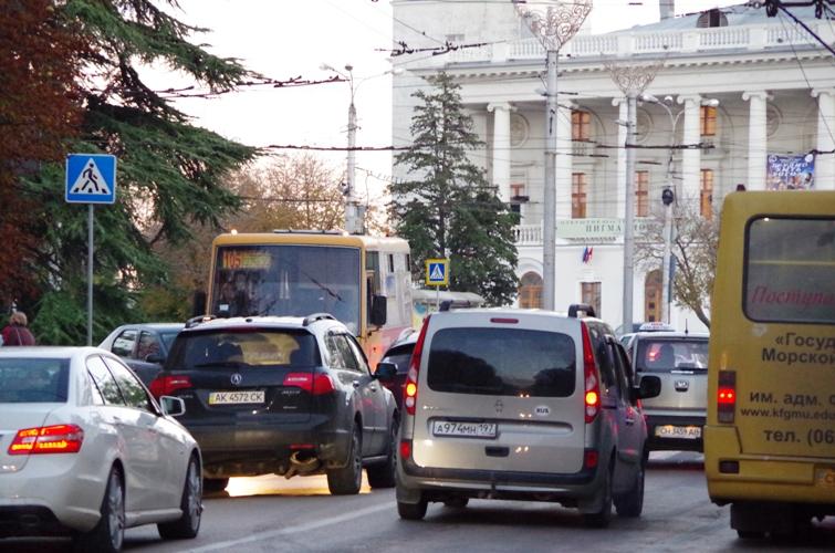Дорожные пробки в Севастополе - площадь Ушакова